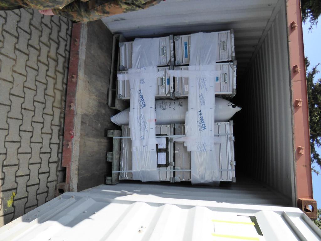 Modernste Logistik bei der Bundeswehr: Container werden mittels Luftkissen gestaut. Foto: Hoffmann